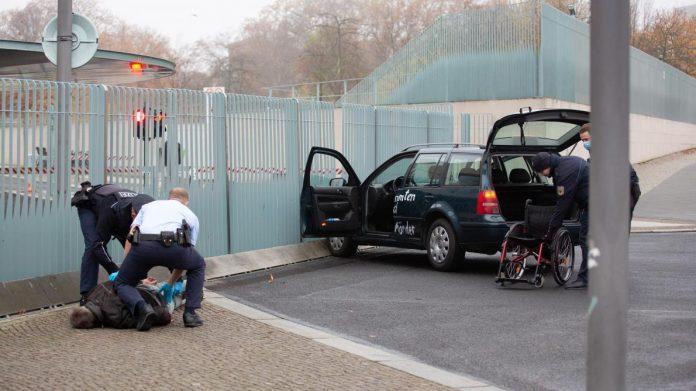 Une voiture percute la grille d'entrée de la chancellerie allemande à Berlin (PHOTO)