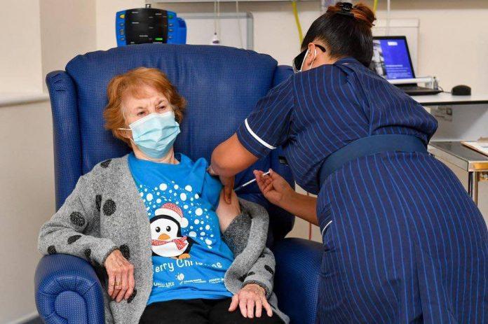 Margaret keenan 90 ans, 1ère injectée de la vague de vaccination britannique (détail)