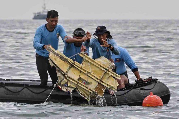 Des débris du Boeing 737 indonésien disparu ont été retrouvés (détail)