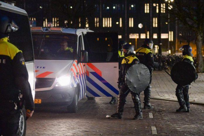 Manifestation aux Pays-Bas contre les mesures covid dégénèrent (détail)