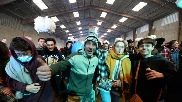Rave party en Bretagne : des centaines de fêtards quittent les lieux, la police est sur place (VIDEO)