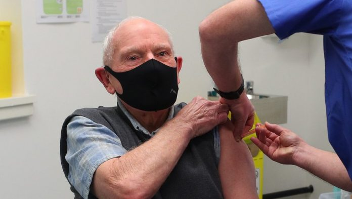 Coronavirus France en direct : la vaccination élargie aux plus de 75 ans débute ce lundi