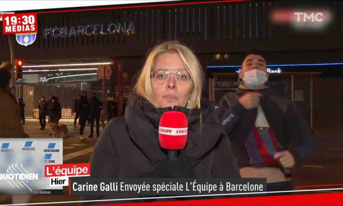 Imperturbable Carine Galli face aux gros relous du match Barça-PSG (VIDEO)