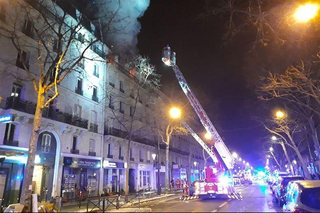 Incendie dans un immeuble à Paris: deux morts et deux blessés très grave