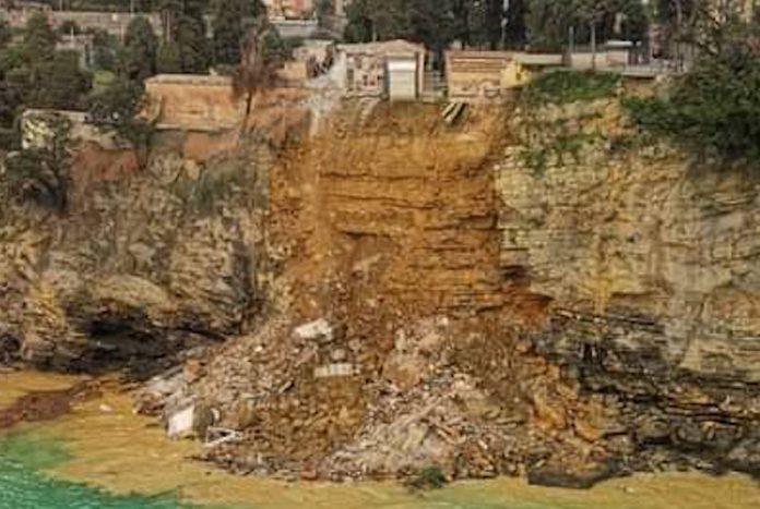 Italie : Un cimetière situé sur une falaise s'effondre, des centaines de cercueils tombent à l'eau (VIDEO)
