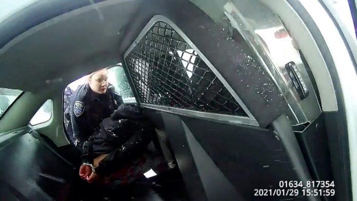 La vidéo d'une enfant de 9 ans menottée par des policiers choque les Etats-Unis (détail)