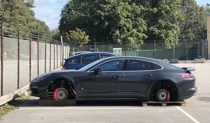Photo : Au moment de retrouver sa Porsche Panamera, son propriétaire s'aperçoit qu'il lui manque ses 4 roues