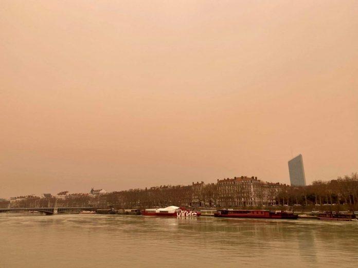 Photo : Pourquoi cet étrange ciel jaune au-dessus de Lyon ?