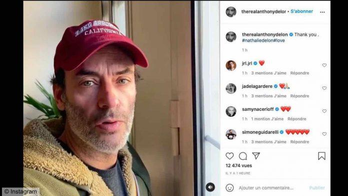 Suite à la mort de sa mère Nathalie, Anthony Delon, larmes aux yeux, prend la parole dans une courte vidéo (détail)