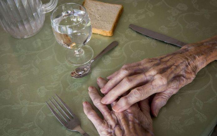 Cette femme de 98 ans trouve une somme astronomique cachée chez elle ! (détail)