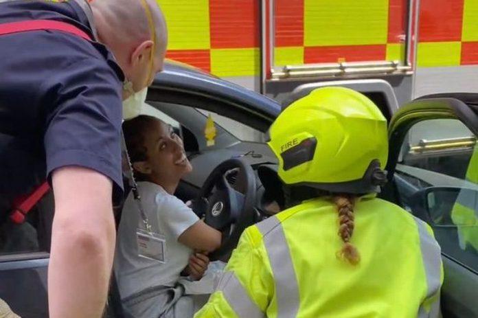 Une automobiliste appelle les pompiers pour une raison embarrassante (VIDEO)