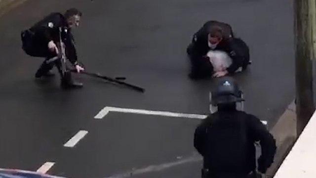 Val-d'Oise: la vidéo virale d'une femme armée d'un fusil maîtrisée en pleine rue par des gendarmes (détail)