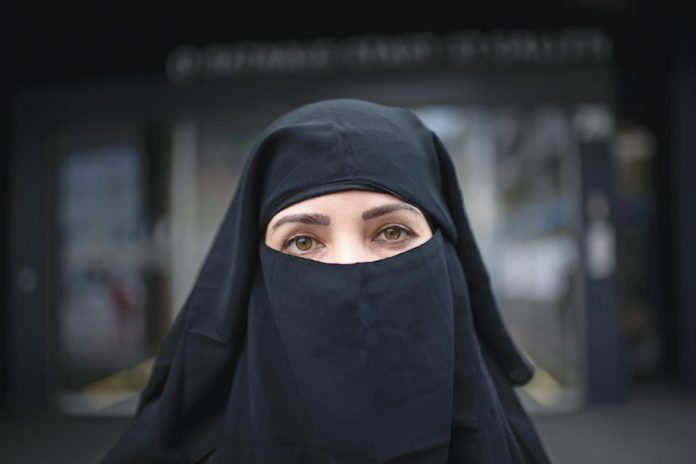 Afghanistan: Les étudiantes afghanes devront porter une abaya noire et un niqab